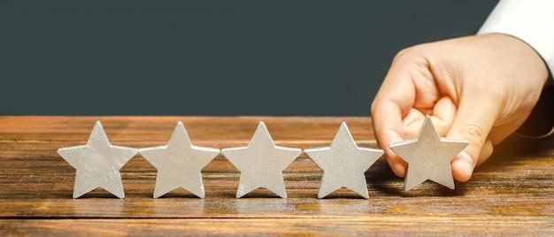 Critique met la cinquième étoile. Photo Premium