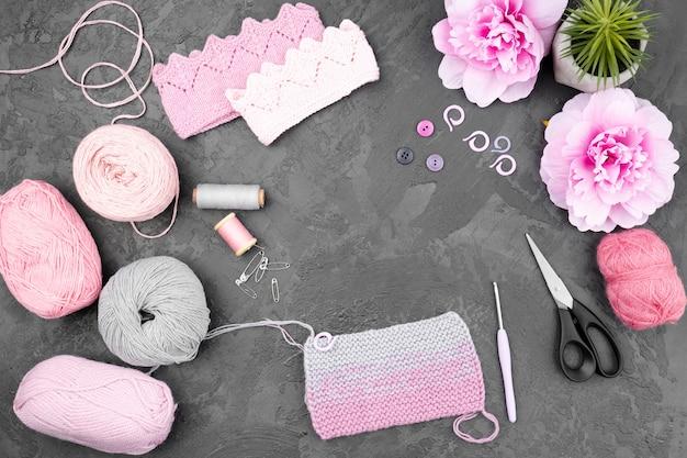 Crochet de fournitures sur fond ardoise Photo gratuit