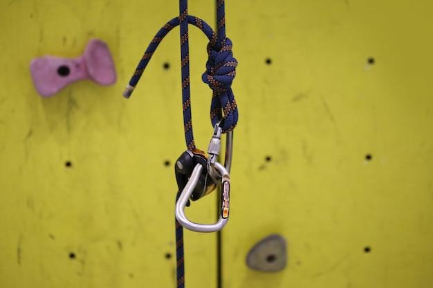 Crochet simulateur d'escalade, mousqueton avec corde d'escalade et mur jaune Photo Premium