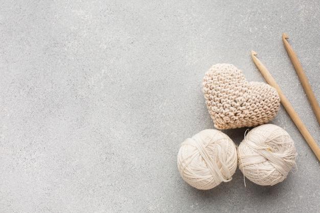 Crocheted En Forme De Coeur Et Coudre Des Fils Blancs Photo gratuit
