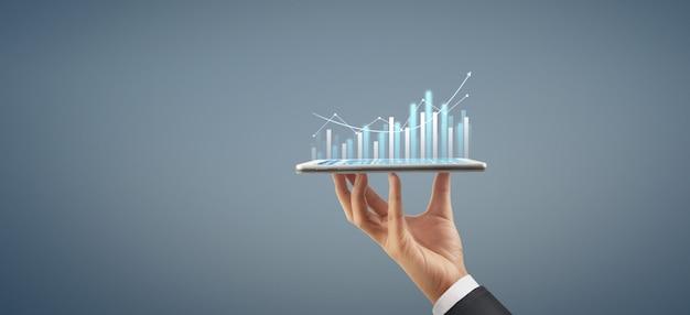 Croissance Du Graphique Du Plan D'affaires Et Augmentation Du Graphique Des Indicateurs Positifs Dans Son Entreprise, Tablette En Main Photo Premium