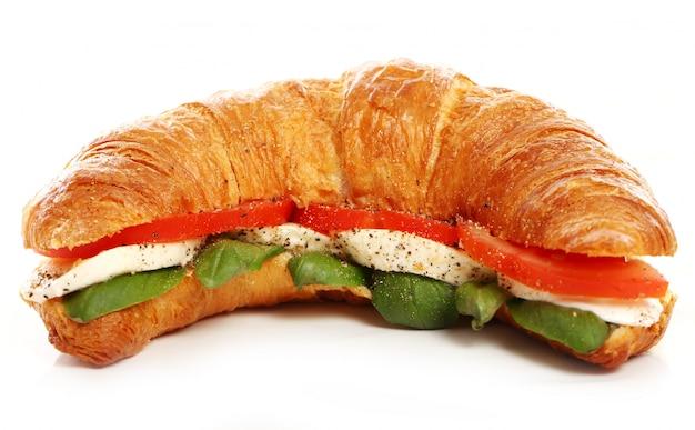 Croissant Au Basilic, Tomate Et Mozzarella Photo gratuit