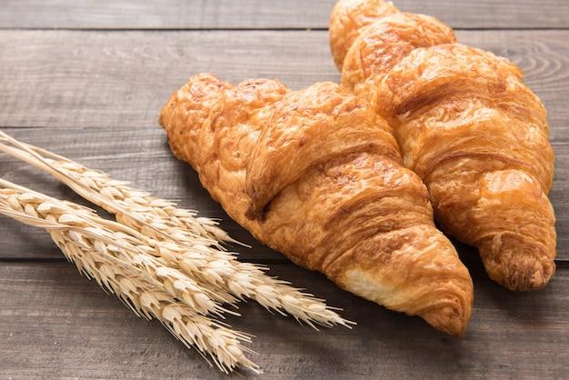 Croissant Au Beurre Fraîchement Cuit Sur Fond De Bois Photo Premium