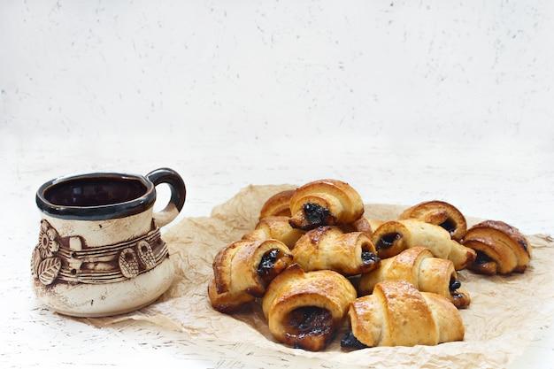 Croissant cake fourré produits de boulangerie. cuisson au four avec de la confiture. thé du matin. Photo Premium