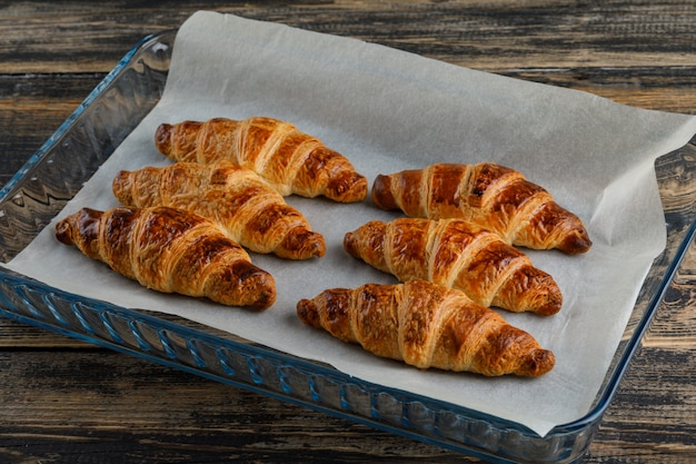 Croissant Dans Une Plaque De Verre Vue Grand Angle Sur Une Table En Bois Photo gratuit