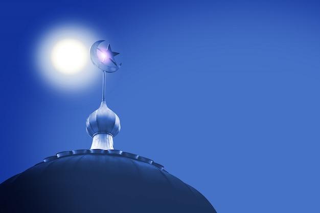 Croissant et étoile, symbole de l'islam sur le dôme de la mosquée au ciel bleu Photo Premium