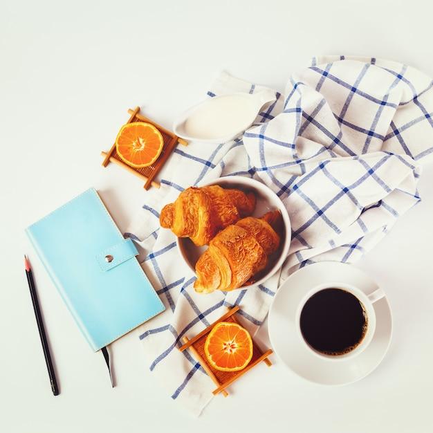 Croissant frais cuit au four Photo Premium