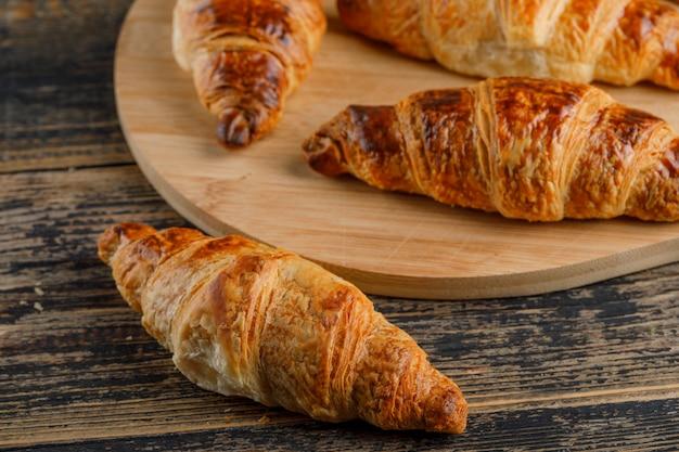 Croissant Sur Planche De Bois Et à Découper, Gros Plan. Photo gratuit