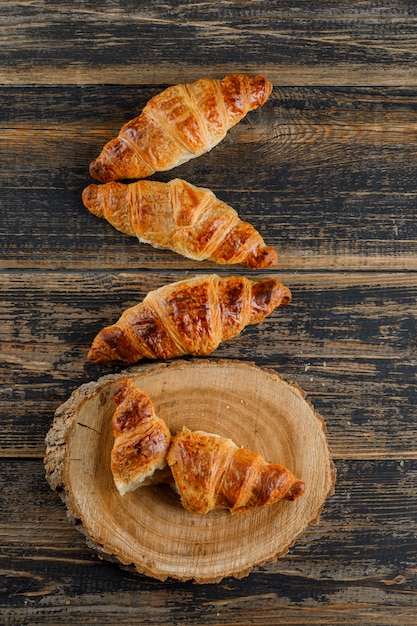 Croissant Sur Planche De Bois Et à Découper. Vue De Dessus. Photo gratuit