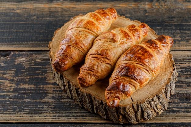 Croissant Sur Planche De Bois Et à Découper. Vue Grand Angle. Photo gratuit