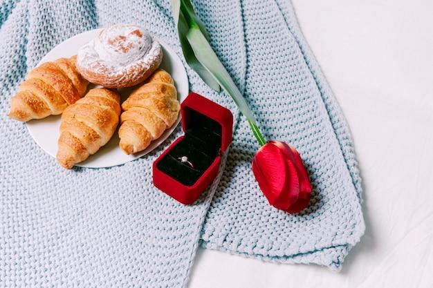 Croissants avec alliance sur foulard Photo gratuit