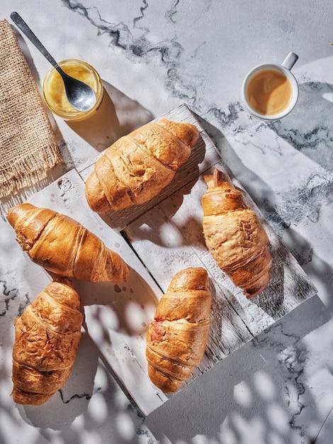 Croissants Et Café Sur Table Blanche Photo Premium