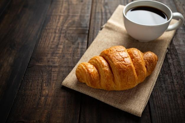 Croissants Et Café Sur La Vieille Table En Bois. Photo gratuit