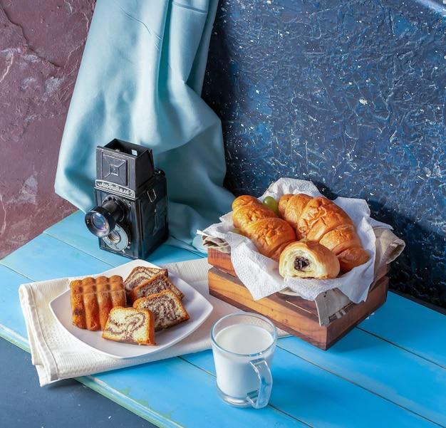 Croissants à la crème au chocolat, tarte à la vanille et un verre de lait. Photo gratuit