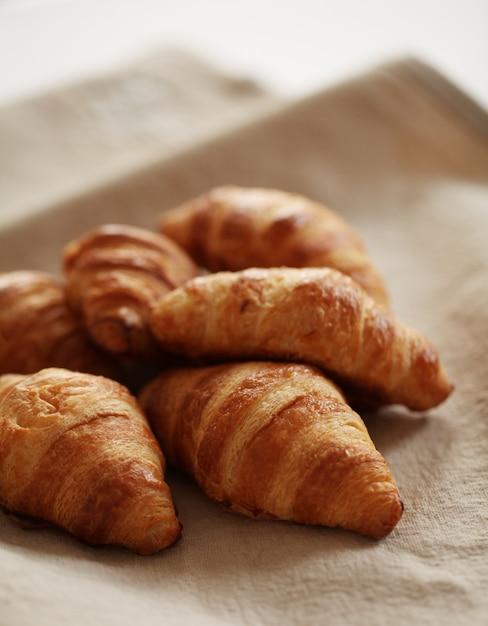 Croissants avec du papier cuisson Photo gratuit