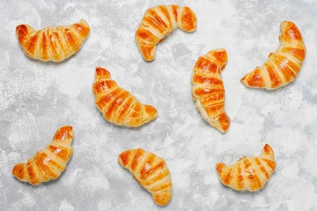 Des croissants faits maison frais et gris-blancs. patisserie française Photo gratuit