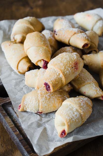 Des croissants frais et faits maison avec de la confiture pour le petit-déjeuner ou une collation. Photo Premium