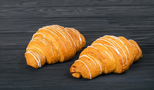 Croissants Frais Sur Un Fond En Bois Sombre Photo Premium