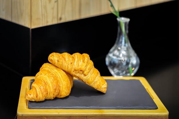 Croissants français dans une boulangerie. pains en forme de croissant. Photo Premium