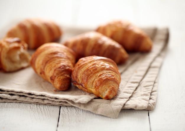 Croissants français frais sur une nappe Photo gratuit