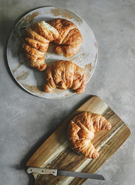 Croissants sur une table de petit déjeuner Photo gratuit