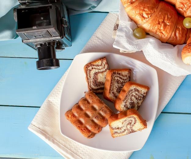 Croissants et tarte à la vanille sur la table. Photo gratuit