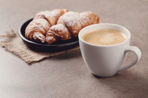 Croissants Avec Tasse De Café Photo gratuit