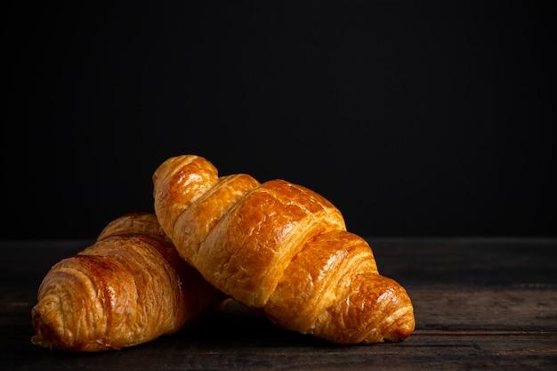 Croissants Sur Une Vieille Table En Bois. Photo gratuit