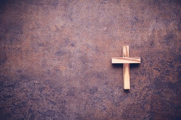 Croix en bois sur fond de copie sombre espace copie Photo Premium