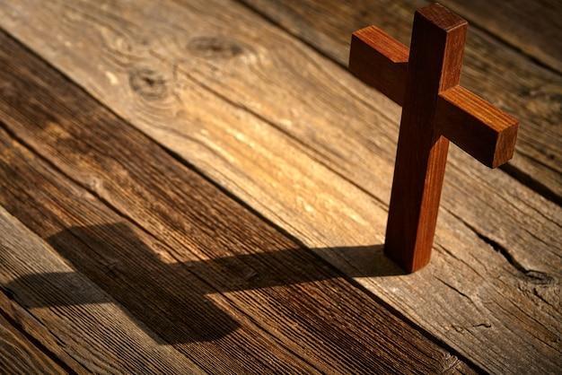 Croix chrétienne sur bois sur bois Photo Premium