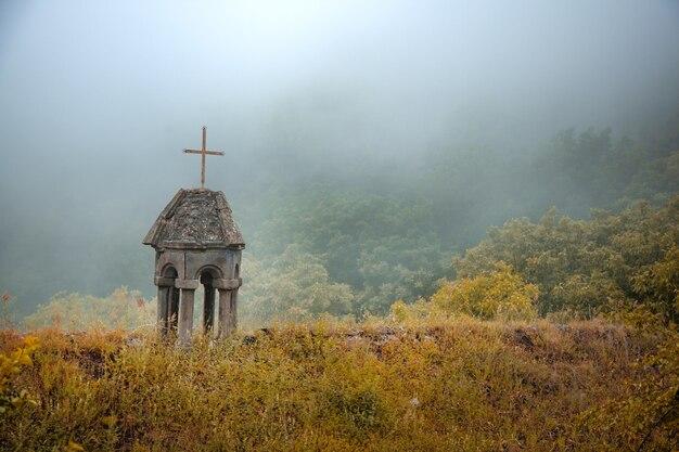 Photo Premium | Croix D'église En Forêt Avec Brouillard