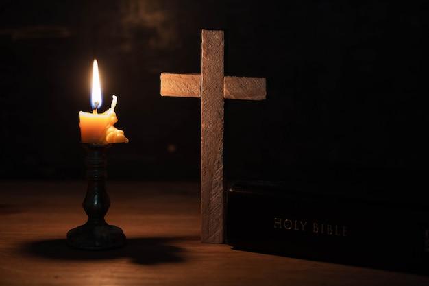 La croix a été placée sur la table, avec la bible Photo gratuit