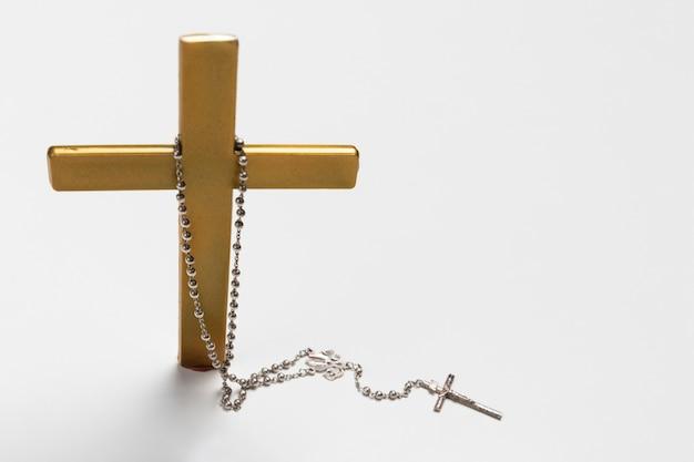 Croix vue de face avec collier sacré Photo gratuit