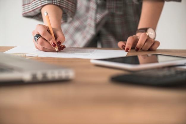 Crop Femme écrit Sur Papier Photo gratuit