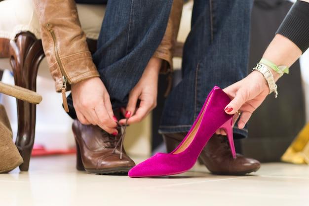 Crop Femme Essayant De Nouvelles Chaussures Photo gratuit