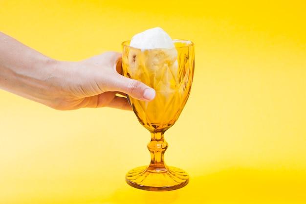Crop main tenant une tasse de glace Photo gratuit