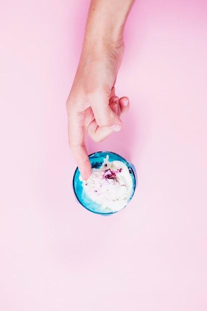 Crop main touchant la glace Photo gratuit
