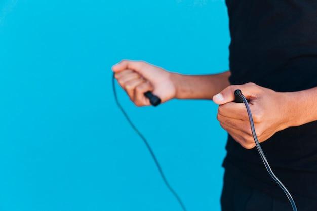 Crop man avec corde à sauter Photo gratuit