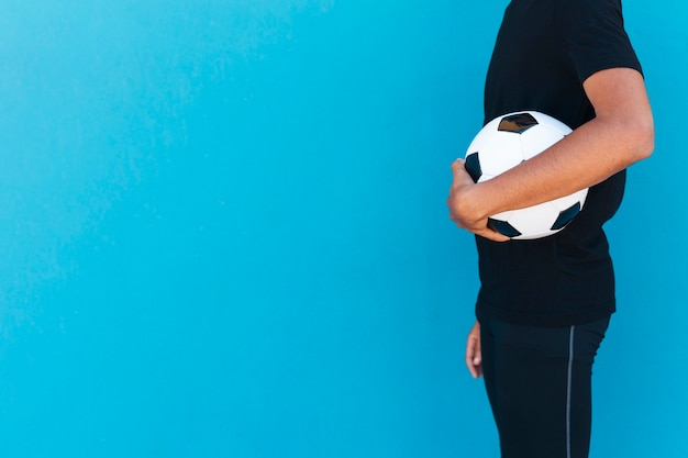 Crop Man Debout Avec Le Football Photo gratuit
