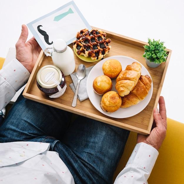 Crop man avec plateau avec de la nourriture Photo gratuit