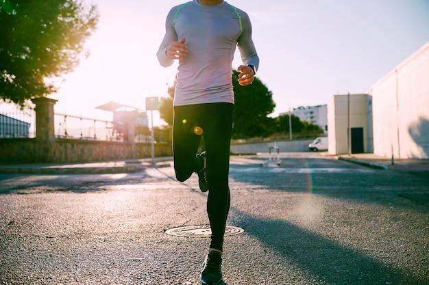 Crop man runningg dans la rue Photo gratuit