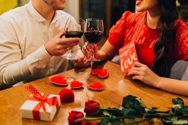 Crop people romantique ayant rendez-vous au restaurant Photo gratuit