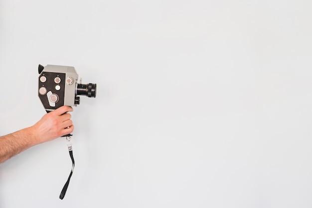 Crop person utilisant un appareil photo rétro Photo gratuit