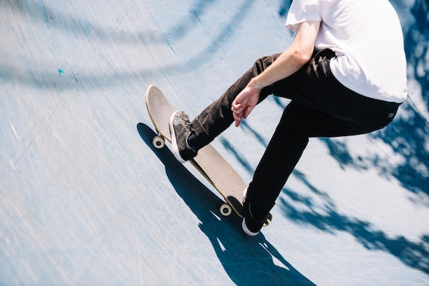 Crop skater homme sur la rampe Photo gratuit