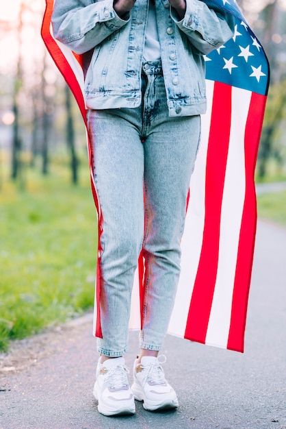 Crop woman wrapping in usa flag Photo gratuit