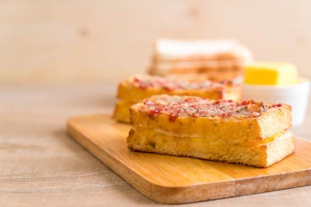 Croque monsieur bacon et sandwich aux œufs Photo Premium