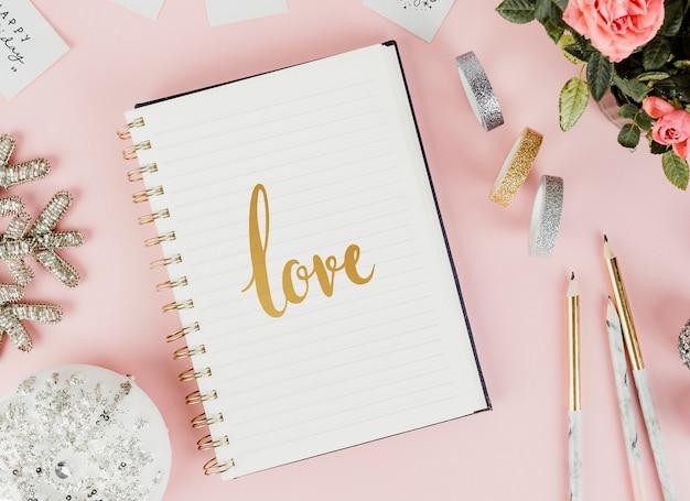 Croquis d'amour dans un cahier Photo gratuit