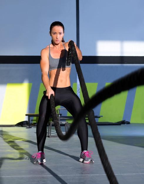 Crossfit aux prises avec des cordes lors d'exercices de gym Photo Premium