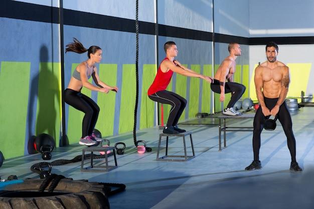 Crossfit box jump people groupe et homme kettlebell Photo Premium