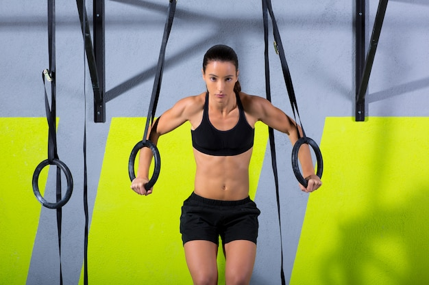 Crossfit dip ring workout au gymnase Photo Premium